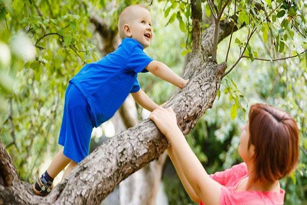 خطر گفتن «مراقب باش» به کودکان