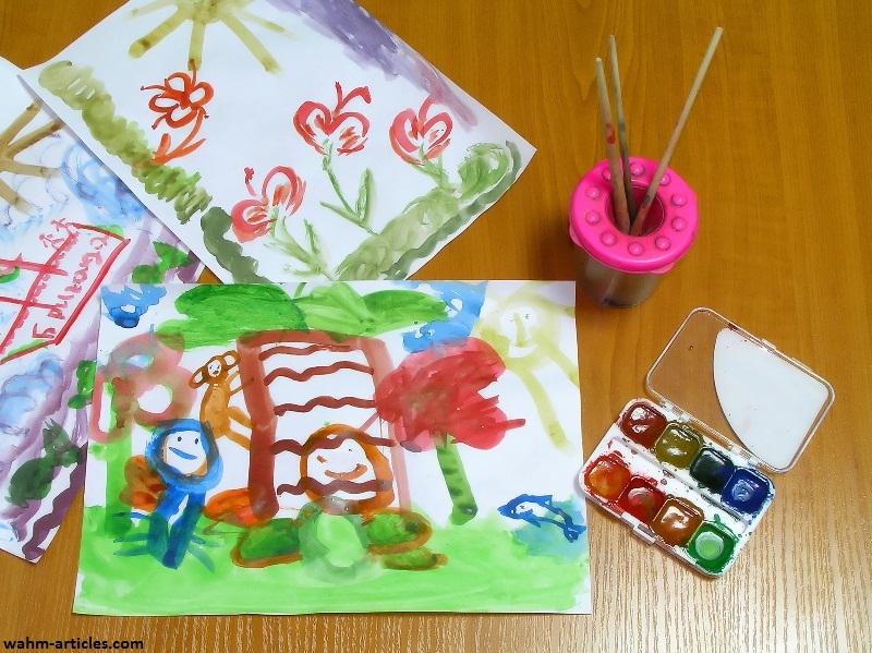 شخصیت کودک روی کاغذ نقاشی