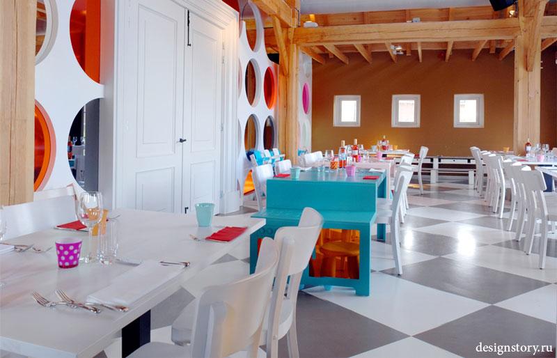 رستوران پراگ، نمایش جهان بازیگوش