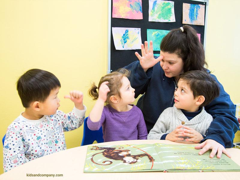 به کودک خود با روشی ساده زبان اشاره بیاموزید